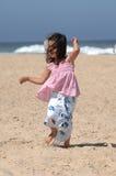 Het dansen op het strand royalty-vrije stock afbeelding