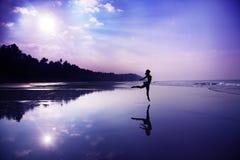 Het dansen op het strand stock foto's