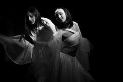 Het dansen in semidarkness Stock Foto's