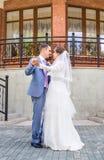 Het dansen van de bruid en van de bruidegom royalty-vrije stock fotografie
