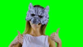 Het dansen wolf met duimen omhoog bij groene achtergrond stock videobeelden