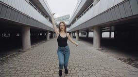 Het dansende meisje voert moderne mode of hiphopdans, het stellen, vrij slag in stedelijk milieu uit stock video