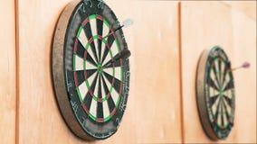 Het dartboard met geplakte Pijltjes stock videobeelden