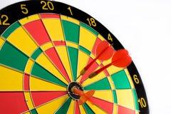 Het dartboard op witte Pijltjes als achtergrond mist het centrumdoel Stock Foto