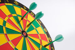 Het dartboard op witte Pijltjes als achtergrond mist het centrumdoel Royalty-vrije Stock Fotografie