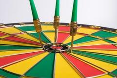 Het dartboard op witte Pijltjes als achtergrond mist het centrumdoel Royalty-vrije Stock Foto's