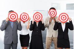 Het Dartboard van de zakenluiholding Royalty-vrije Stock Fotografie