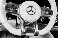 Het dashboard en het stuurwiel met media controleren knopen van Mercedes Benz S 63 AMG 4Matic V8 bi-Turbo 2018 Auto binnenlandse  stock afbeelding