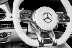 Het dashboard en het stuurwiel met media controleren knopen van Mercedes Benz S 63 AMG 4Matic+ V8 bi-Turbo 2018 Auto binnenlandse stock foto's