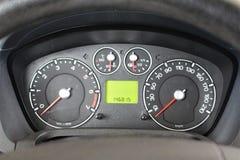 Het dashboard van de auto Dashboard van een geïsoleerde auto en een voertuig Het moderne detail van het autodashboard stock foto
