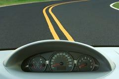 Het dashboard van de auto en curvy weg stock foto's