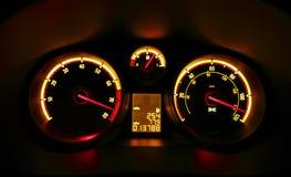Het dashboardwijzerplaten van de auto bij nacht royalty-vrije stock fotografie