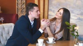 Het dateren in de koffie Mooie jonge paarzitting in de koffie, het drinken koffieliefde, het dateren stock videobeelden