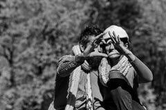 Het dateren en de herfstliefdeconcept De man en de vrouw tonen hart royalty-vrije stock foto's