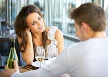Het dateren van Paar bij een Restaurant Stock Afbeelding