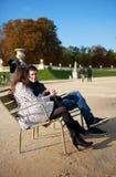 Het dateren van paar in de tuin van Luxemburg royalty-vrije stock foto