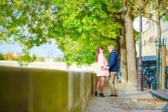Het dateren van paar in Parijs op een de lentedag Stock Afbeeldingen