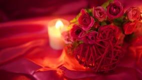 Het dateren van snoepje met kaars het branden en bloemboeket Valentine die lengte begroeten stock video