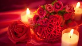 Het dateren van snoepje met kaars het branden en bloemboeket Valentine die lengte begroeten stock footage