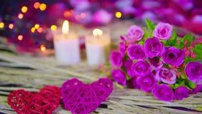 Het dateren van Valentine-dag met boeket, kaars het branden lengte stock video