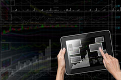 Het de aanrakingsscherm van de hand aan Tablet Royalty-vrije Stock Foto's