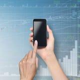 Het de aanrakingsscherm van de hand op smartphone Stock Afbeeldingen