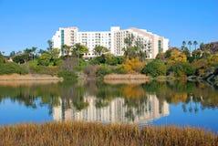 Het de Achterbaai en hotel van New Port Beach. Stock Foto