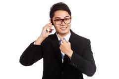Het de Aziatische bespreking en punt van de zakenmanglimlach aan mobiele telefoon Stock Foto's
