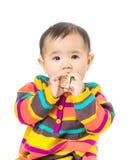 Het de babymeisje van Azië zuigt houten stuk speelgoed blok royalty-vrije stock fotografie