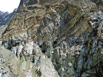 het de bergklip en kanaal lopen bij de rand van de Vallei van prestinehunza, Karakoram-Weg, Pakistan royalty-vrije stock foto