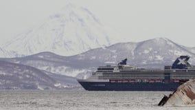 Het de Beroemdheidsmillennium die van de cruisevoering in Vreedzame Oceaan op achtergrond varen zet op Gezoem binnen stock video