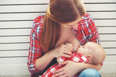 Het de borst geven De borst van de moeder - voedende baby Stock Afbeelding
