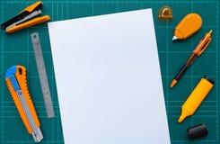 Het de bureaulevering en document op scherpe vlakke mat, leggen beeld royalty-vrije stock foto