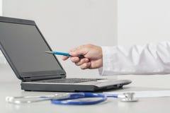 Het de Computerscherm van artsenpointing to the Stock Foto