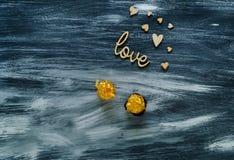 Het de dagconcept van Valentine ` s, de houten harten en het woord houden van op een blauwe houten achtergrond, natuurlijk licht, Stock Afbeeldingen