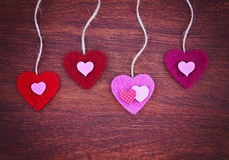 Het de daghart van een valentijnskaart op een houten achtergrond stemde met een retr Royalty-vrije Stock Fotografie