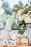 Het de decoratiedecor van de huwelijksceremonie bloeit floristics stock afbeelding