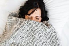 Het de dekkingsgezicht van de slaapvrouw met algemene vlakte lag Royalty-vrije Stock Afbeelding