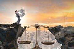 Het de dollarteken van de zakenmanholding in rechtvaardigheidsconcept Royalty-vrije Stock Afbeelding