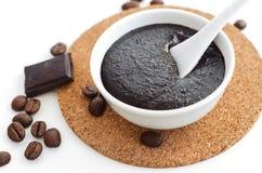 Het de eigengemaakte cacao donkere chocolade en masker van de grondkoffie of schrobben Royalty-vrije Stock Foto's