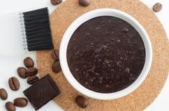 Het de eigengemaakte cacao donkere chocolade en masker van de grondkoffie of schrobben Stock Foto's