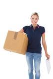 Het de gelukkige van het de holdingskarton van de leveringsvrouw doos en klembord Royalty-vrije Stock Afbeeldingen