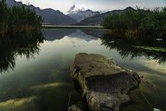 het de grote alpen en meer van de rotsberg stock foto's