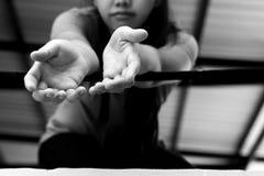 Het de handbereik van het vrouwenslachtoffer uit voor hulp van een metaal verspert Royalty-vrije Stock Afbeelding