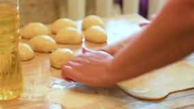 Het de handenclose-up van vrouwen kneedt dough2 stock video