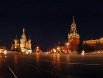 Het de heilige tempel en Kremlin van Vasily in Moskou. stock foto's