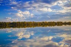 Het de herfsthout dat in water wordt weerspiegeld royalty-vrije stock foto