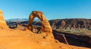 Het de herfstlandschap met diepe blauwe hemel en de rode rotsen in Utah verlaten, en Gevoelige Boog royalty-vrije stock afbeelding