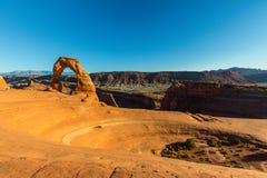 Het de herfstlandschap met diepe blauwe hemel en de rode rotsen in Utah verlaten, en Gevoelige Boog royalty-vrije stock afbeeldingen