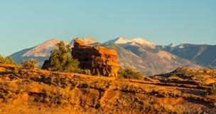 Het de herfstlandschap met diepe blauwe hemel en de rode rotsen in Utah verlaten, en Gevoelige Boog stock foto